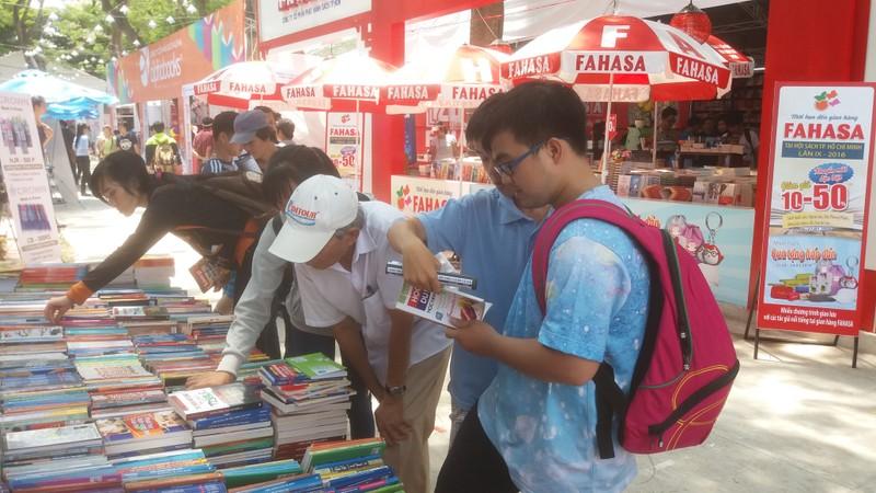 Đông đảo độc giả đến hội sách trong ngày khai trương - ảnh 1
