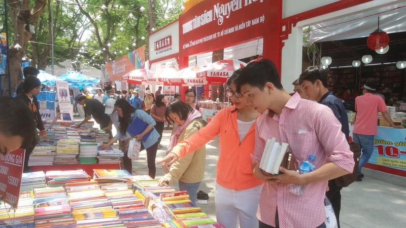 Đông đảo độc giả đến hội sách trong ngày khai trương - ảnh 2