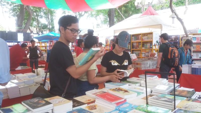 Đông đảo độc giả đến hội sách trong ngày khai trương - ảnh 3