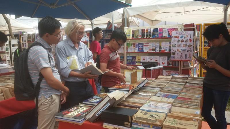 Đông đảo độc giả đến hội sách trong ngày khai trương - ảnh 4