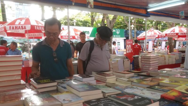 Đông đảo độc giả đến hội sách trong ngày khai trương - ảnh 5