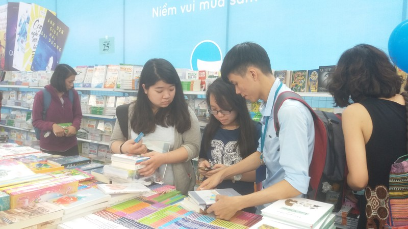 Đông đảo độc giả đến hội sách trong ngày khai trương - ảnh 8