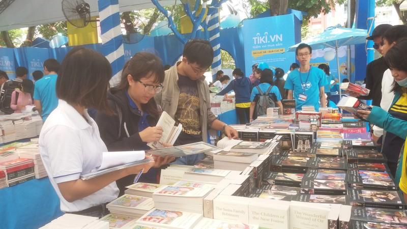 Đông đảo độc giả đến hội sách trong ngày khai trương - ảnh 7