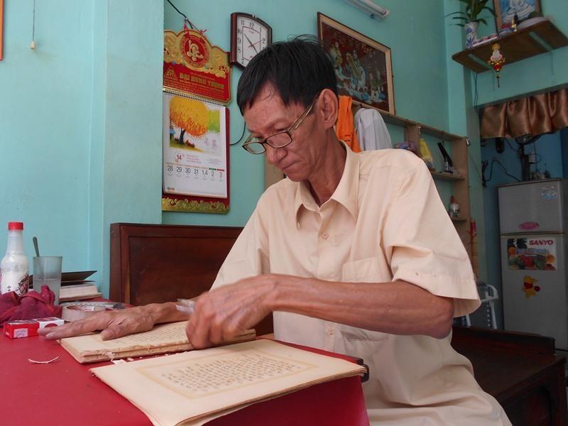 Người 'chữa bệnh' cho sách cũ ở Sài Gòn - ảnh 1