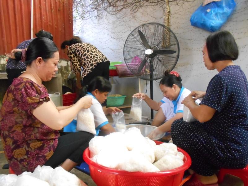 Xúc động chùm ảnh cả phường quây quần nấu cơm cho người nghèo - ảnh 5