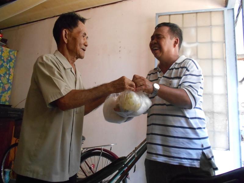 Xúc động chùm ảnh cả phường quây quần nấu cơm cho người nghèo - ảnh 10
