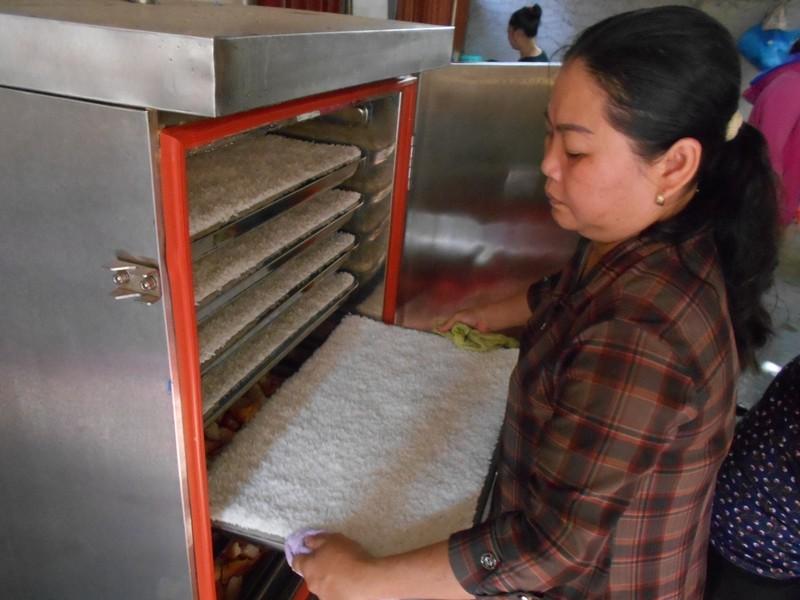 Xúc động chùm ảnh cả phường quây quần nấu cơm cho người nghèo - ảnh 2