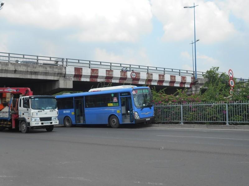 Container 'húc' xe buýt leo lên dải phân cách - ảnh 1