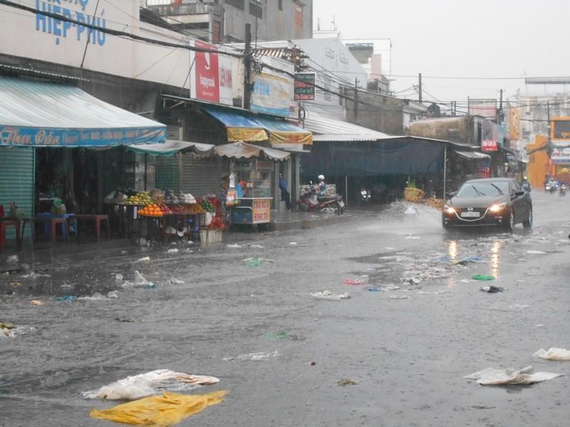Đường Sài Gòn ngập rác, dòng nước đen ngòm sau mưa - ảnh 1