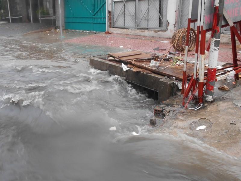 Đường Sài Gòn ngập rác, dòng nước đen ngòm sau mưa - ảnh 4