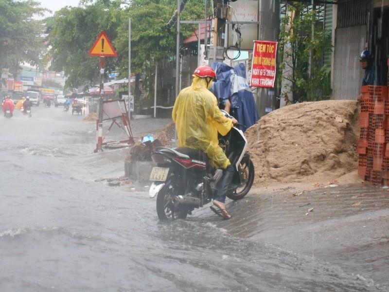 Đường Sài Gòn ngập rác, dòng nước đen ngòm sau mưa - ảnh 6