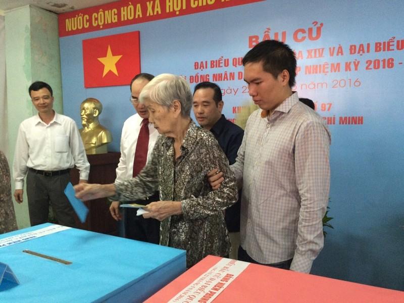 Ông Nguyễn Thiện Nhân đưa mẹ đi bỏ phiếu  - ảnh 3