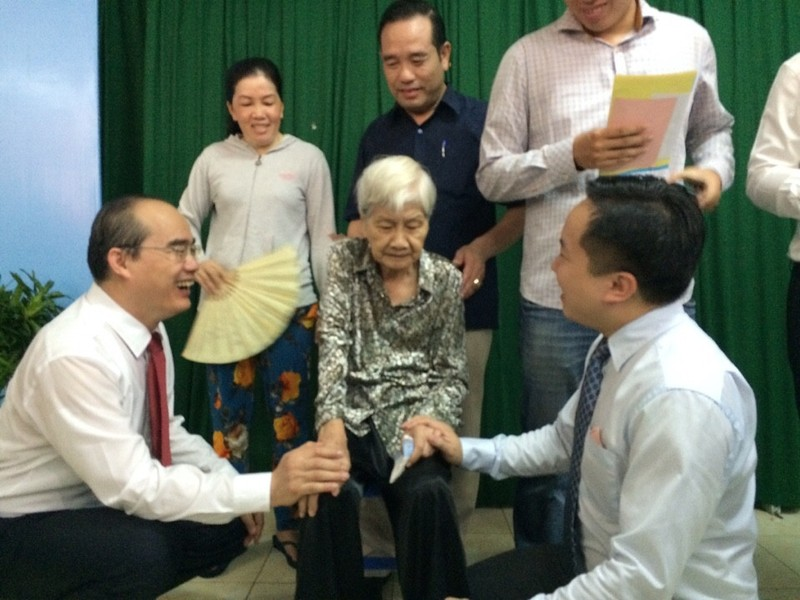 Ông Nguyễn Thiện Nhân đưa mẹ đi bỏ phiếu  - ảnh 1
