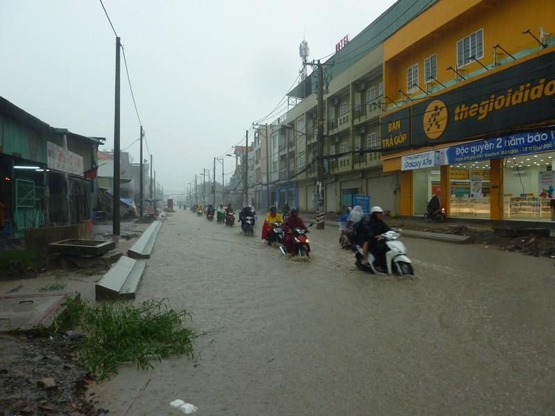 Nhiều tuyến đường nhếch nhác sau cơn mưa lớn - ảnh 1