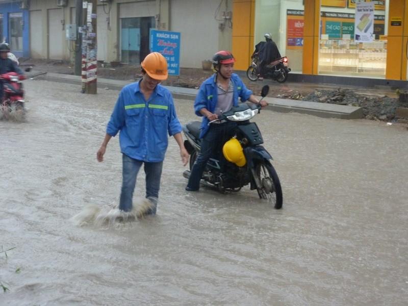 Nhiều tuyến đường nhếch nhác sau cơn mưa lớn - ảnh 2