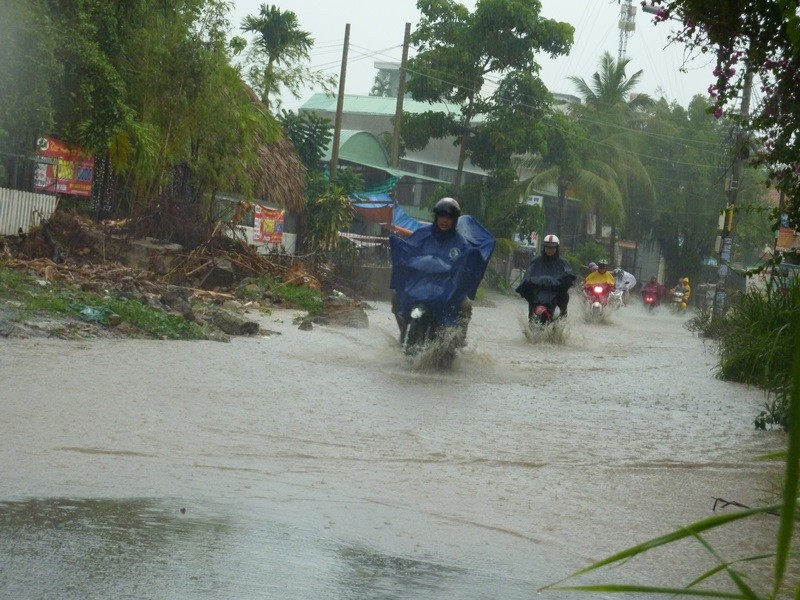 Nhiều tuyến đường nhếch nhác sau cơn mưa lớn - ảnh 5