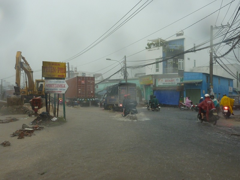 Nhiều tuyến đường nhếch nhác sau cơn mưa lớn - ảnh 6