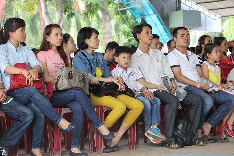"""Công nhân đến sớm để dự  """"Ngày hội công nhân lao động"""" - ảnh 1"""