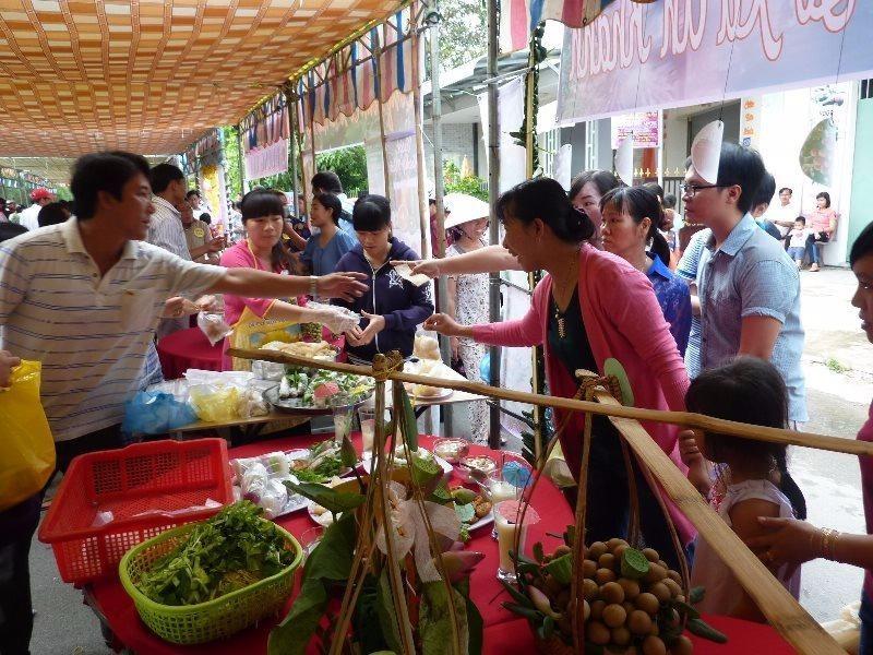 Người xem thích thú hỏi thăm về các món ăn và được giải thích cặn kẽ.