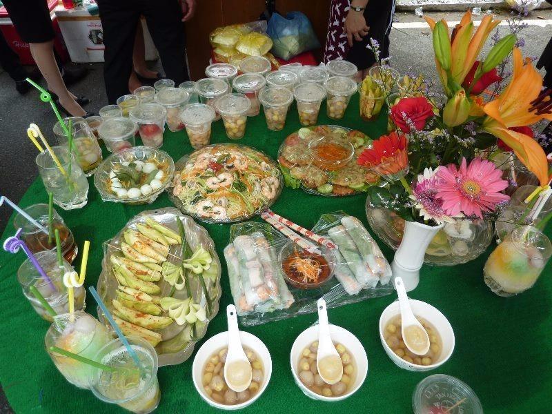 Rất nhiều món ăn được bày biện để giới thiệu đến mọi người