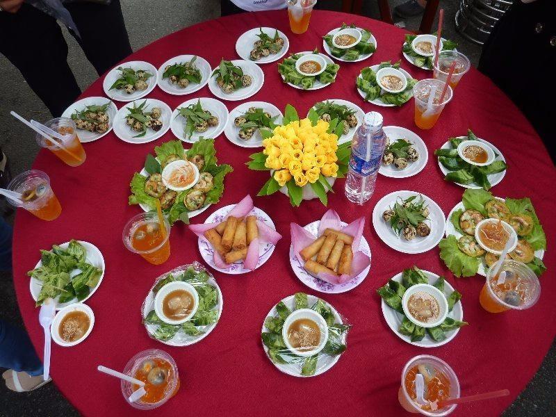 Bên cạnh những món ăn làm từ trái nhãn, những món mặn khác cũng được trưng bày rất bắt mắt. ẢNH: THANH TUYỀN