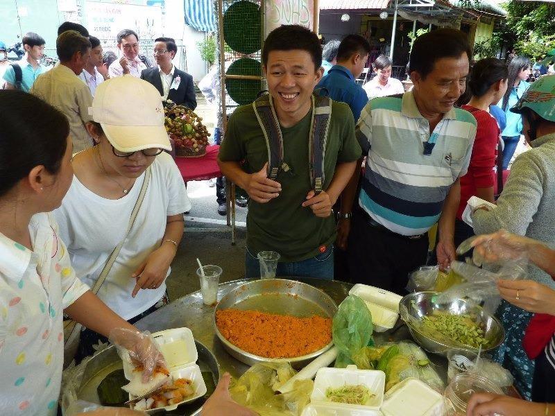 trao đổi về các món ăn được trình bày trong phiên chợ