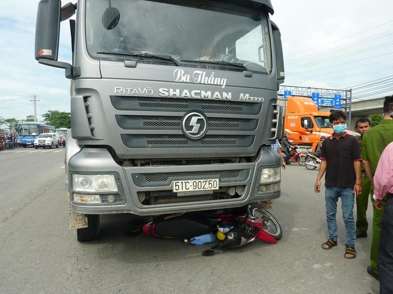 Vượt đèn đỏ, người đàn ông tử vong dưới bánh xe tải  - ảnh 1