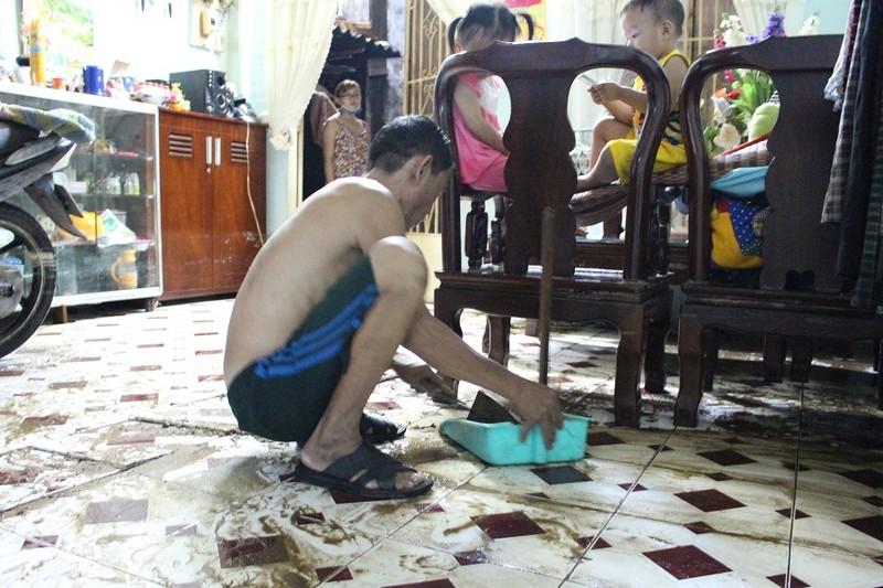 TP.HCM: Nước lật tung nền nhà trong cơn mưa lịch sử - ảnh 4