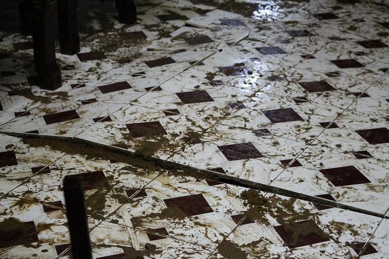 TP.HCM: Nước lật tung nền nhà trong cơn mưa lịch sử - ảnh 3