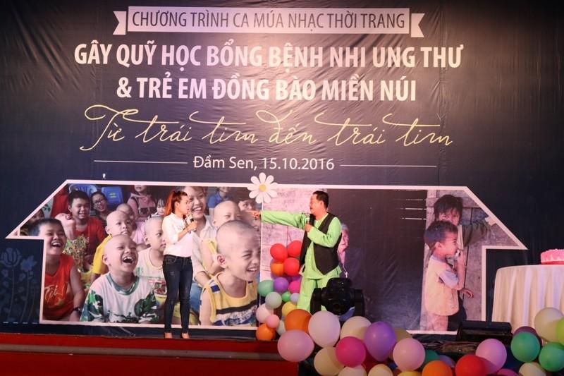 """Nghệ sĩ Thanh Nam (bên phải anh) cũng góp mặt trong chương trình, diễn minh họa cho ca khúc """"Đừng bỏ con mẹ ơi"""". ẢNH: THANH TUYỀN."""