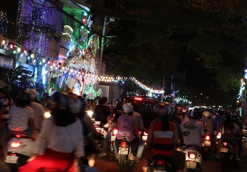 Nườm nượp người đi chơi Noel ngoài ngoại ô thành phố - ảnh 6