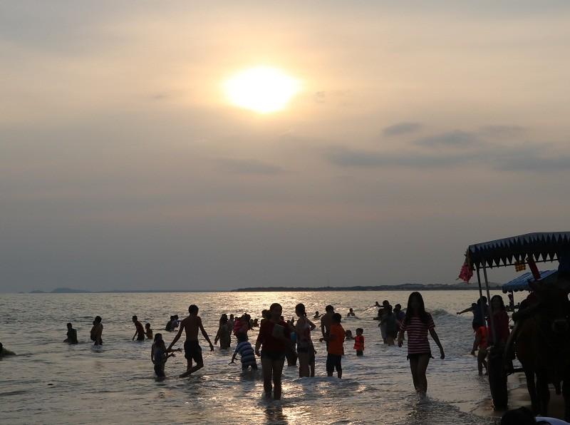Biển Cam Bình được du khách ưa chuộng mùa Tết - ảnh 18