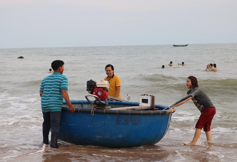 Biển Cam Bình được du khách ưa chuộng mùa Tết - ảnh 12