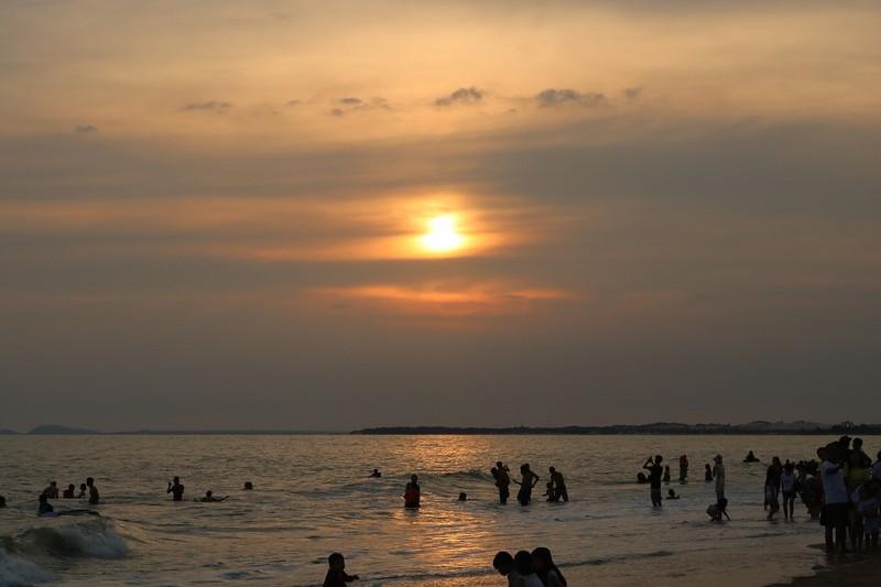 Biển Cam Bình được du khách ưa chuộng mùa Tết - ảnh 8