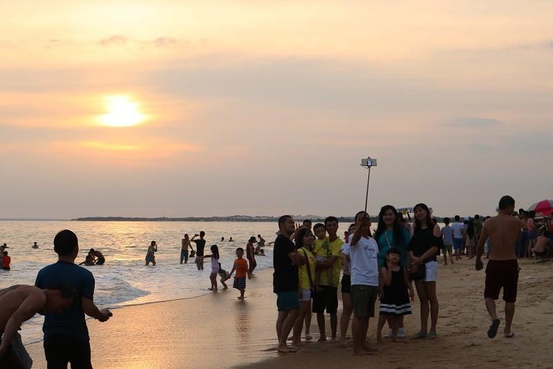 Biển Cam Bình được du khách ưa chuộng mùa Tết - ảnh 9
