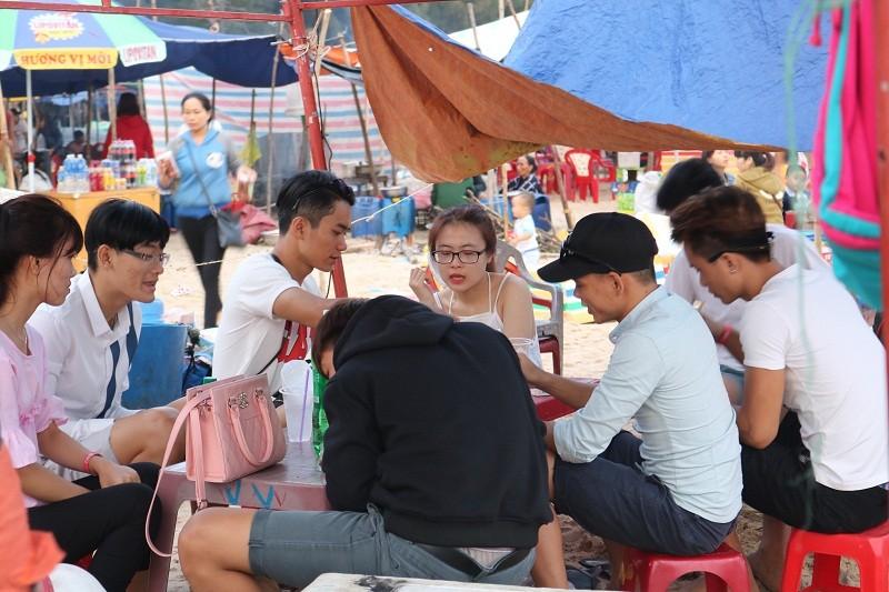 Biển Cam Bình được du khách ưa chuộng mùa Tết - ảnh 5
