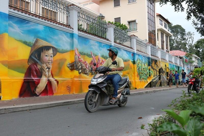 Ngẩn ngơ tranh tường trên phố Sài Gòn - ảnh 2