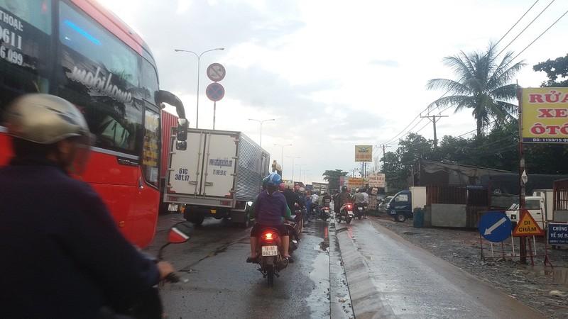 Quốc lộ 1A: Xe máy leo lề vì xe tải lấn ngang - ảnh 4