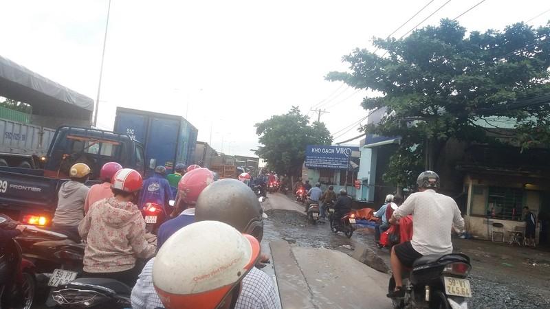 Quốc lộ 1A: Xe máy leo lề vì xe tải lấn ngang - ảnh 3