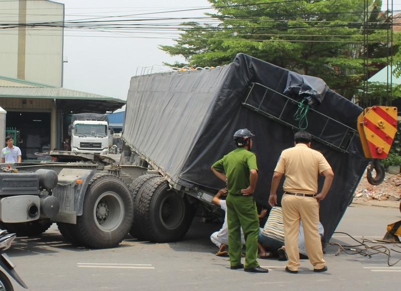 Kinh hãi xe container đang chạy đứt rơ moóc đổ xuống đường - ảnh 1
