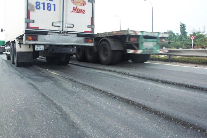 Đường lún khủng khiếp, xe đầu kéo nghiêng ngả hất văng cả container - ảnh 5