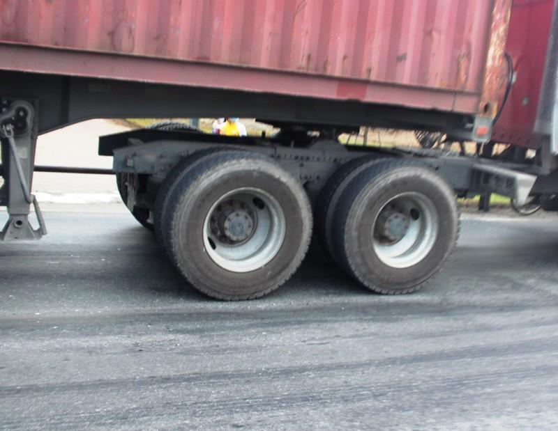 Đường lún khủng khiếp, xe đầu kéo nghiêng ngả hất văng cả container - ảnh 4