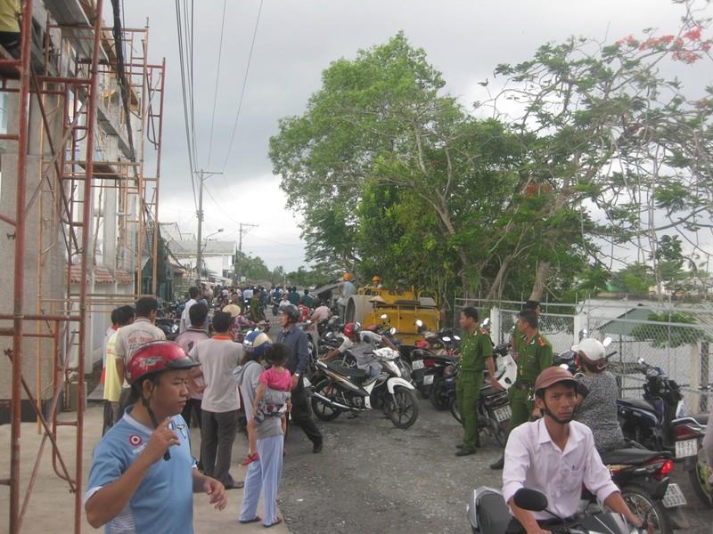 Sạt lở đường đang thi công, 2 nhà dân trôi sông - ảnh 5