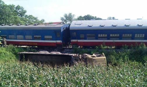 Kinh hoàng tàu hỏa húc bay xe tải, đầu tàu văng ra khỏi đường ray - ảnh 1