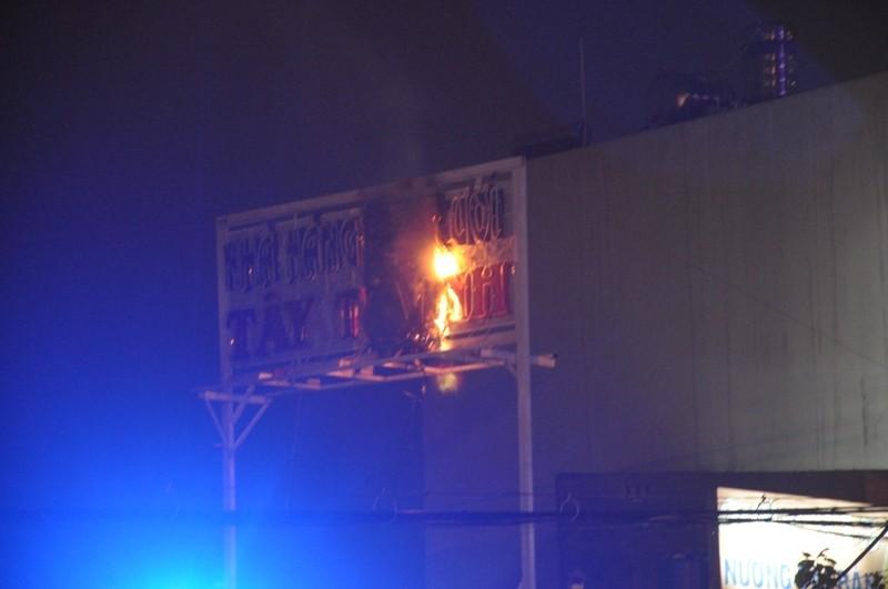 Cháy bảng quảng cáo nhà hàng tiệc cưới, nhiều người hoảng loạn - ảnh 2