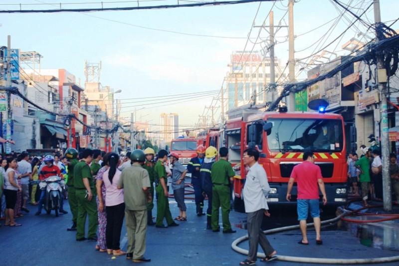 Căn nhà chứa sơn ở Sài Gòn bốc cháy, người dân hoảng loạn sơ tán - ảnh 3