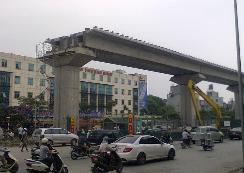 Dự án đường sắt trên cao Hà Nội lại xảy ra tai nạn: Thanh sắt rơi trúng xe ô tô!  - ảnh 1