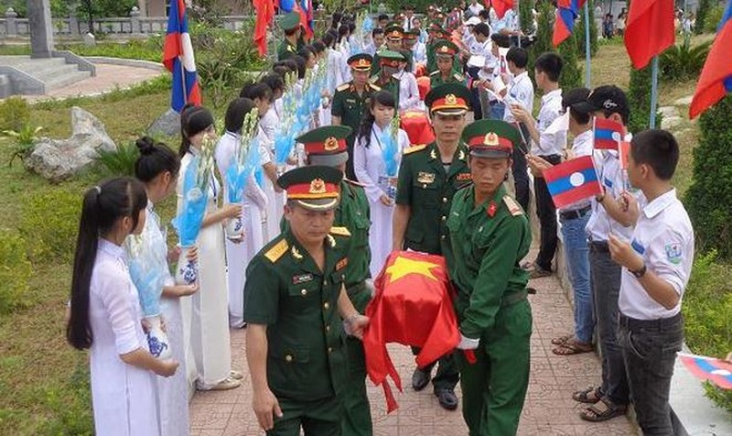 Truy điệu, an táng 54 hài cốt liệt sĩ hy sinh trên đất Lào  - ảnh 1
