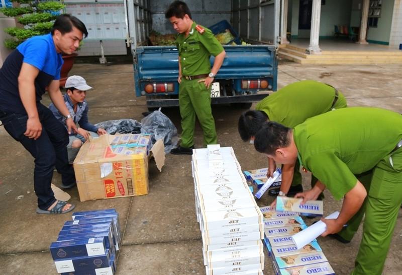 Hàng trăm cây thuốc lá lậu trong xe tải chở trái cây - ảnh 1
