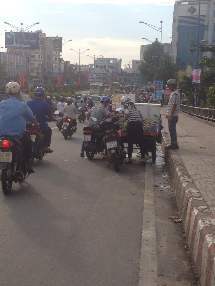 Cầu Tham Lương 'bốc mùi' vì tràn lan xe bán hải sản - ảnh 1